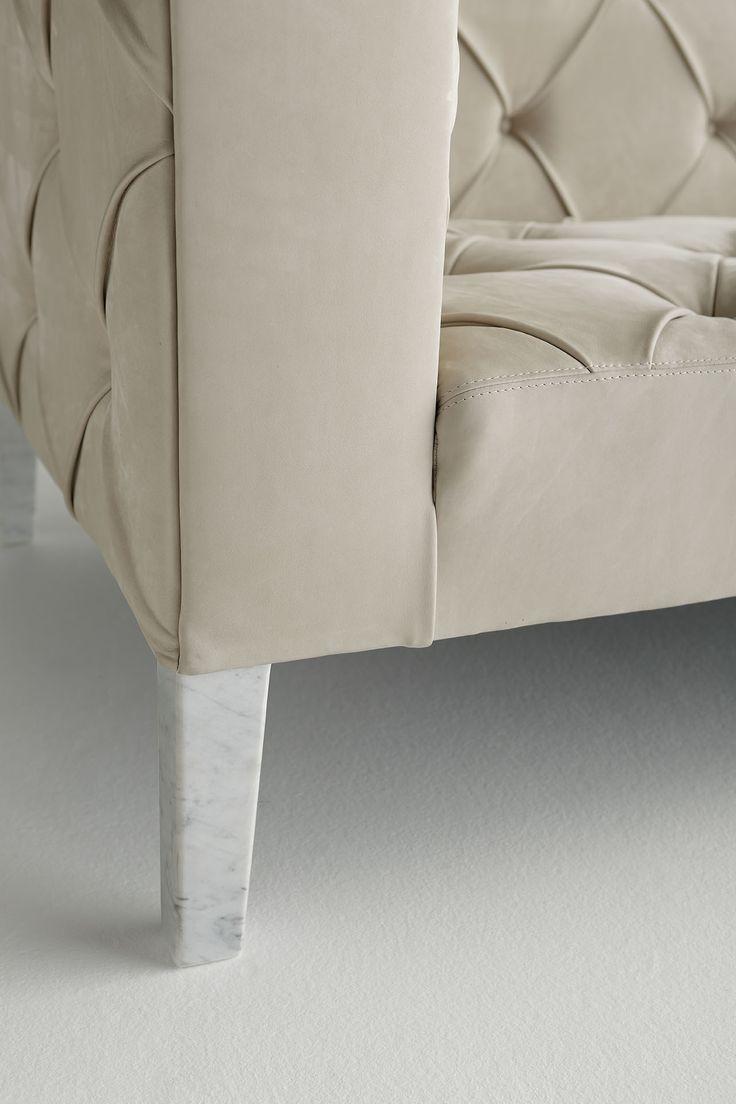 Ledersofa divanoXmanagua.  Füsse aus Carrara-Marmor und Nabukleder: so elegant!