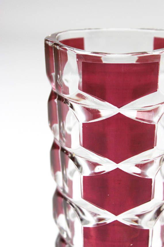 Vintage Vase, Glasvase, Kristallvase, Luminarc J G Durand, Made in France, 70er Jahre  Bezaubernde Vase aus den 70er Jahren. Diese Art von Vasen sind begehrte Sammlerstücke und aus dickwandigem Kristallglas mit dem bekannten Windsor Rubis Muster. Sie wurde von dem französischen Hersteller Luminarc angefertigt. Sie in einem guten Vintage-Zustand, winzige Kratzer auf der Wandung - minimale Zeichen der Zeit  Der Boden ist gemarkt: France  Maße: Höhe: 17 cm | 6.69 inch Durchmesser: 7 cm | 2.75…