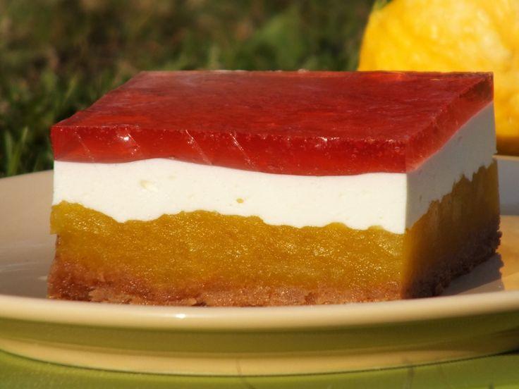 Fajny pomysł na wykorzystanie bani czyli dyni również na słodko :) Proponujemy kolorowy i miękki przekładaniec z kakaowego biszkoptu, masy dyniowej z cytrynową nutką, masy śmietankowo-jogurtowej, a wierzch ciasta ozdabia truskawkowa galaretka :) Przepis na kolorowy przekładaniec z dynią.