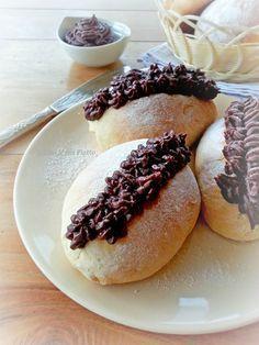 Per i vegani golosi la ricetta dei maritozzi vegan. Un dolce tipico romano che mantiene la sua bontà e morbidezza anche in chiave senza uova e senza burro.