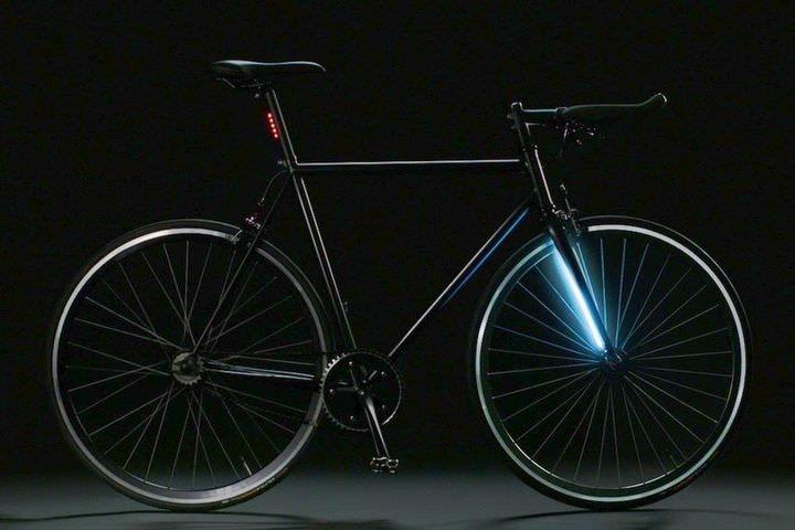 「Lyra」は自転車通勤者用に開発された自転車。ライトとGPS、そしてそれらに給電するバッテリーが最初からボディに組み込まれている。