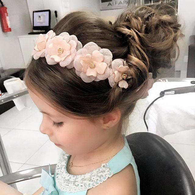 @amorecoinfantil - Uma maneira linda e diferente de usar nossas coroas de flores. Theodora amou o resultado sentiu-se uma verdadeira princesa.Obrigada @rhayssamodesto por cuidar da minha Amoreca com tanto carinho. Seu trabalho é maravilhoso!! Viramos clientes fiéis!! 😍❤️