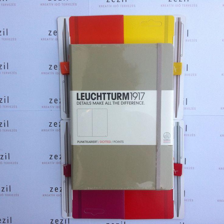 Homok színű Leuchtturm1917 A5-ös méretű ponthálós jegyzetfüzet narancssárga, citromsárga, málna színű és piros tolltartó gumival.  Leuchtturm1917 | pen loop | zezil