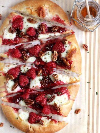 ■ラズベリーとピーカンナッツのピザ  ピーカンナッツのサクサク食感とラズベリーの甘酸っぱさがたまらないデザートピザ。 ソースは、はちみつでもメープルシロップでもお好みで♪