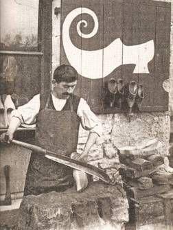 Sabotier : Ce métier est l'un des principaux artisanats de l'Ancien Régime. Seul le sabotier connaît l'art de bien les sculpter, de les garnir de cuir ou de les clouter pour les renforcer.