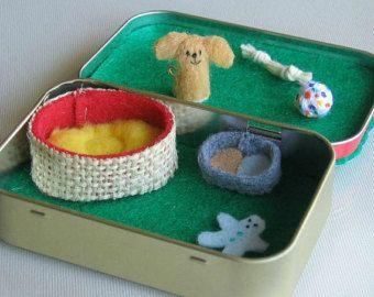 Flauschigen Hund-Miniatur, die Plüsch in Altoid Zinn Spielset fühlte