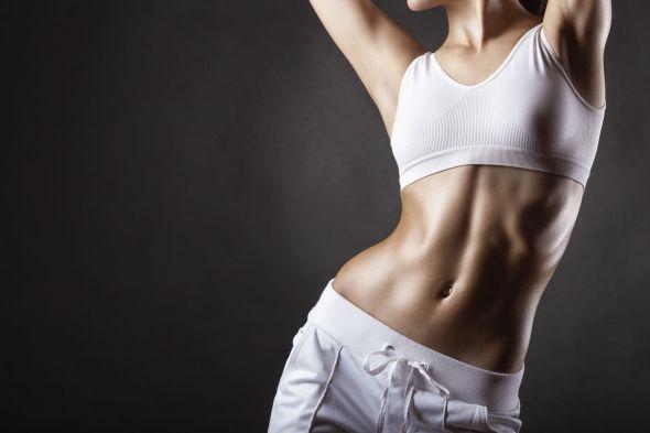 Frau mit flachem Bauch