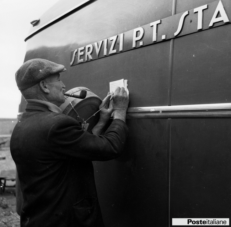 Campagna fotogragica dedicata agli automezzi delle Poste e Telecomunicazioni: servizio di consegna dei pacchi postali in una zona rurale d'Italia. Foto del 1955 circa.