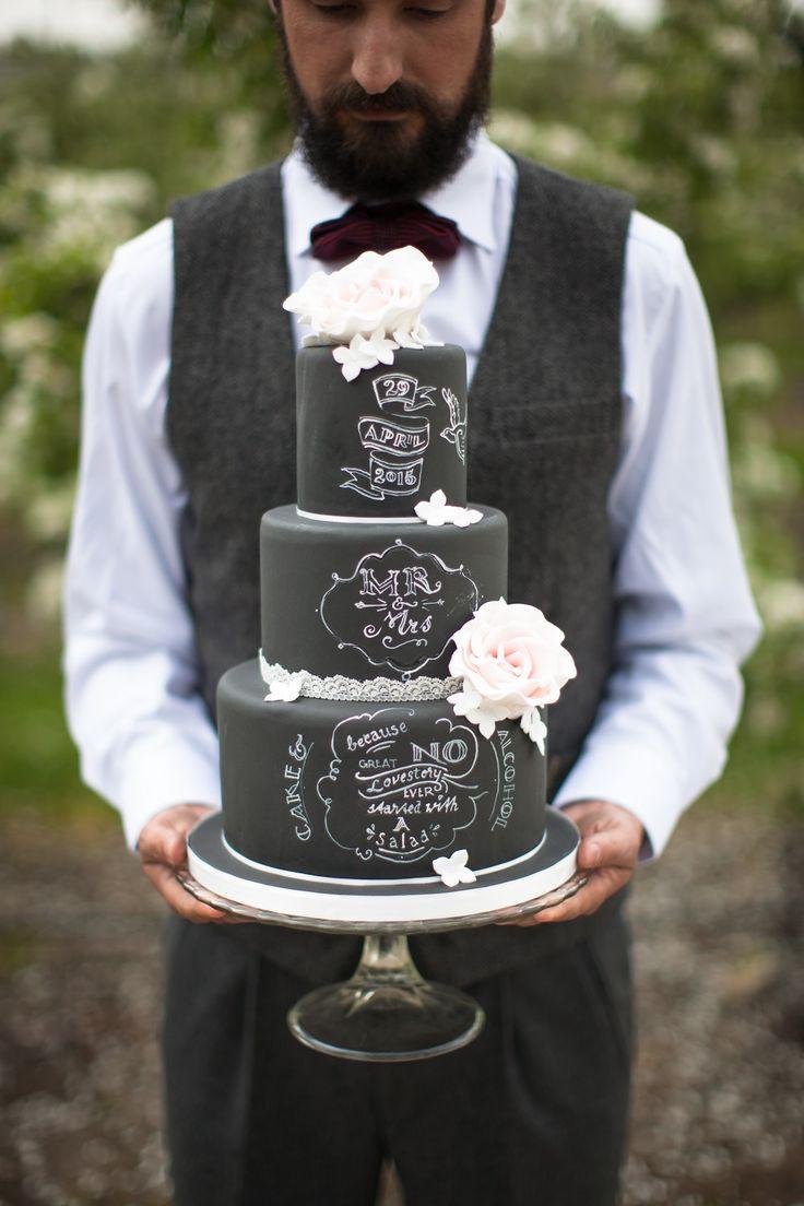 What a perfect wedding cake! // Foto: Michael Habraken // Girls of honour