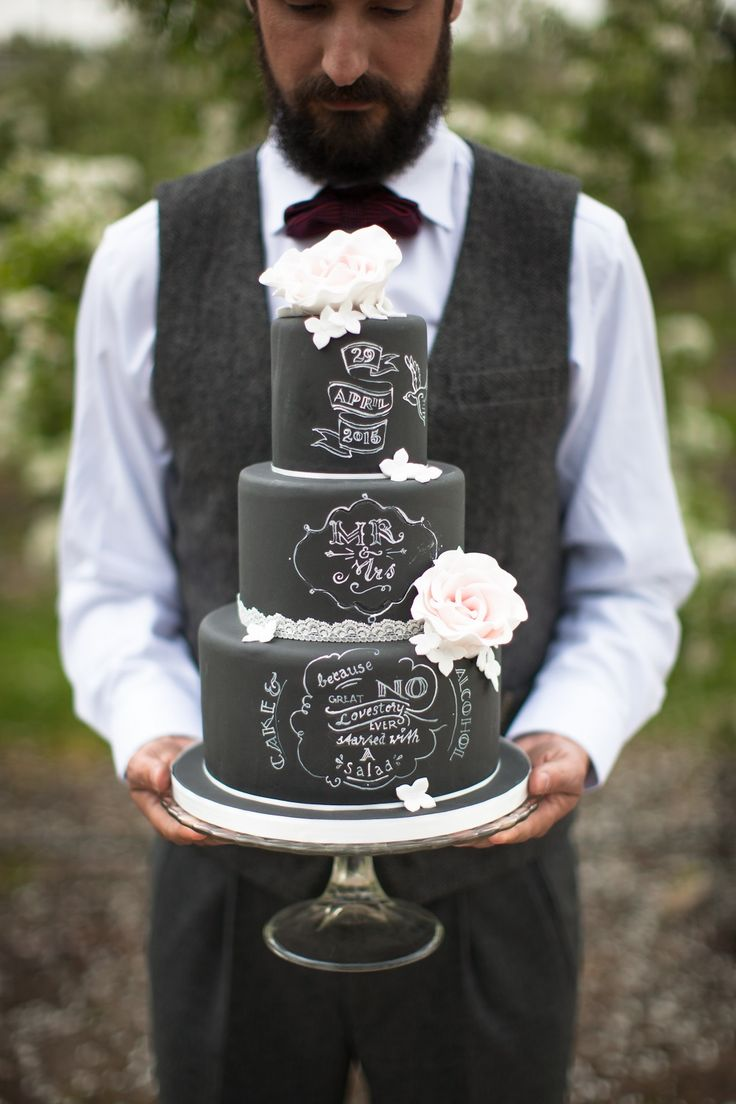 What a perfect wedding cake! // Foto: Michael Habraken // Girls of honour
