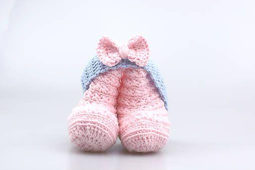 Čelenka a čižmičky pre bábätko sú ručne háčkované z prírodného materiálu - z kvalitnej nórskej extra jemnej bledoružovej a bledomodrej 100% merino vlny vhodnej pre citlivú detskú p...