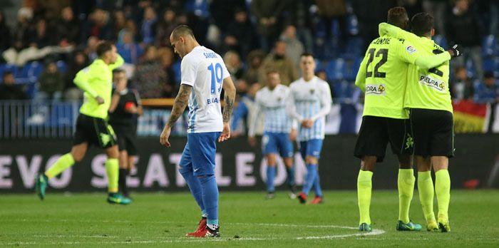 La primera crisis del Málaga CF de Juande Las dos dolorosas goleadas recibidas ante Sevilla y Córdoba han desnudado al entrenador y a algunos jugadores, señalados por La Rosaleda que estalló a la conclusión del partido de Copa. @Malaga #9ine