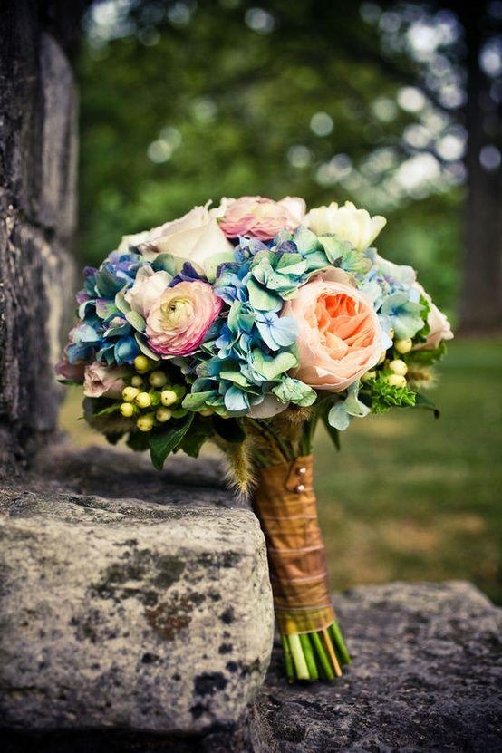 Blauwe hortensia, rozen, ranonkel/pioen -> trosroos voor in de plaats.