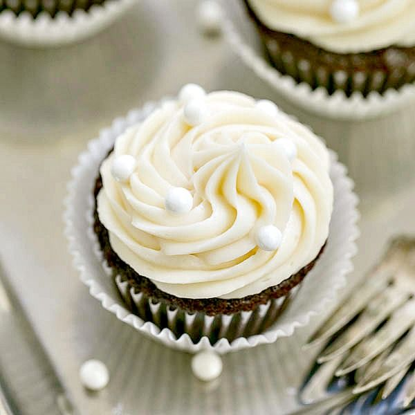 De vainilla crema de mantequilla de cacao remató las magdalenas |  , pastelitos de chocolate para chuparse los dedos húmedos rematado con un montón de crema de mantequilla de vainilla
