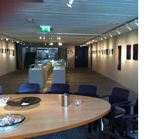 Het museum voor vlakglas- en emaillekunst geeft met steeds wisselende exposities een overzicht van de twee-dimensionale glaskunst (glas in lood, glasfusing, glasaplliqué) en van de emaillekunst (panelen, objecten en sieraden van metaal waarop glas is gesmolten).  Het museum verzorgt voor bezoekers rondleidingen, demonstraties en workshops van deze twee ambachtelijke kunstvormen.  Het museum fungeert ook als kenniscentrum voor de vlakglaskunst en de emaillekunst door in projekten informatie…