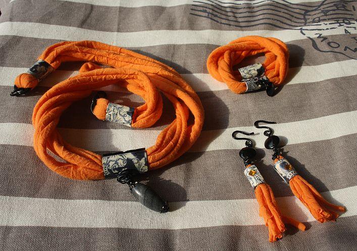 """Collana""""Orange Lace/Masala""""- fettuccia arancione, lavorazione in filo in alluminio nero, metallo rivestito in decoupage e ciondolo di pietra naturale"""