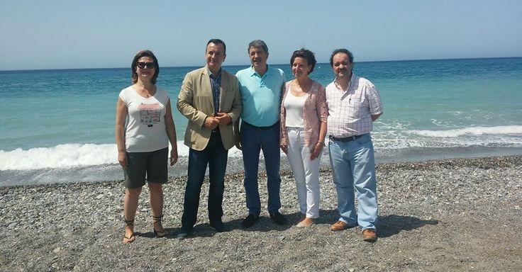 COSTA TROPICAL. Los técnicos de protección de la salud del Área de Gestión Sanitaria Sur de Granada realizan análisis periódicos en un total de 28 playas del litoral.