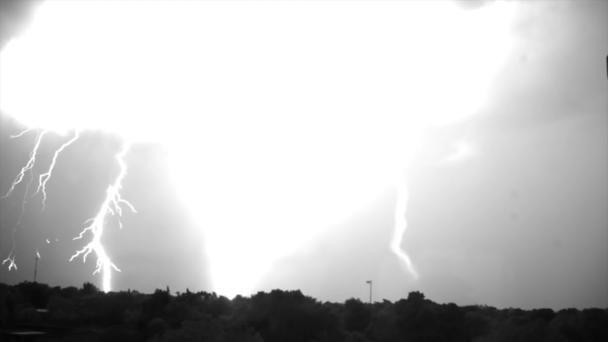 Faszinierende Zeitlupe von einem Blitzeinschlag