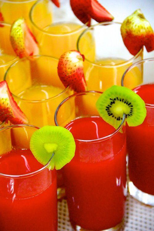 El gran deleite de colores y sabores que ofrecen las frutas... seguro unos jugos así refrescarán a tus invitados.  www.fullbodas.com