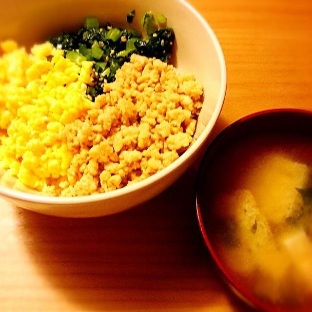 簡単にすませた☺ - 10件のもぐもぐ - 三色そぼろ丼 豆腐・油揚げ・ワカメの味噌汁 by akiko