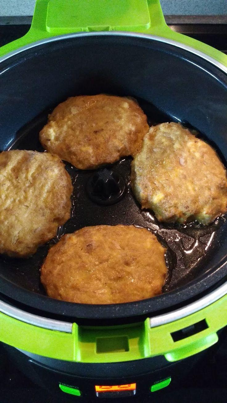 Hoy os dejo un plato saludable y fácil para una cena por ejemplo. INGREDIENTES.- (para 4 hamburguesas) 3 latas pequeñas de atún en ac...
