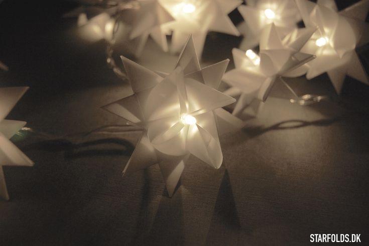 Pynt lyskæden med flette stjerner og skab lys i boligen i den mørke tid. Alt du skal bruge er en pakke stjernestrimler, en hultang og en lyskæde.