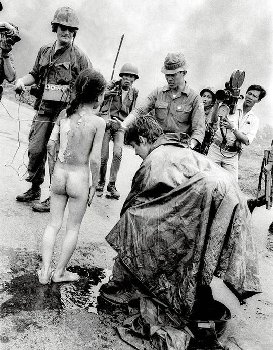 June 8, 1972, Highway 1, Vietnam. The journalist Christopher Wain (right, crouching) has sprinkled water on the napalm burnt body of the young Pan Thi Kim Phuc. | AP / Nick Ut