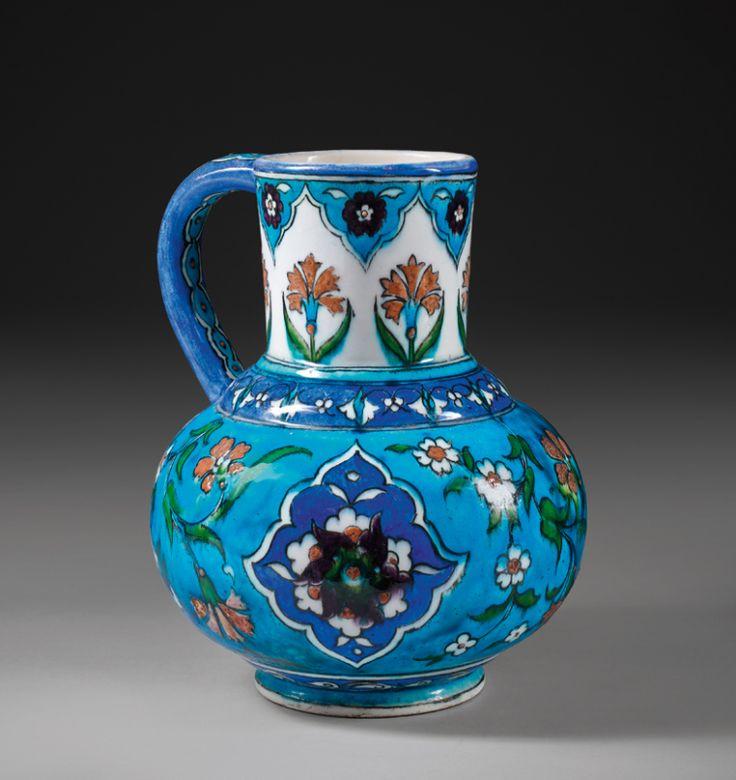 Pichet dans le goût Ottoman Théodore DECK (1823-1891) Céramique à décor polychrome sous glaçure incolore transparente France, XIXe siècle Estampé « TH DECK » Hauteur : 20 cm