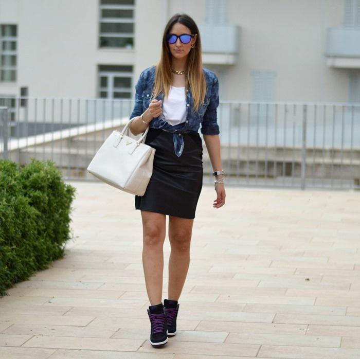#fashion #fashionista Elisa Nike, nike sneakers, nike dunk sky high, nike dunk sky high sneakers, prada, prada bag, prada saffiano, oakley frogskins sunglasses, occhiali specchiati oakley, oakley sunglasses, denim shirt, H skirt