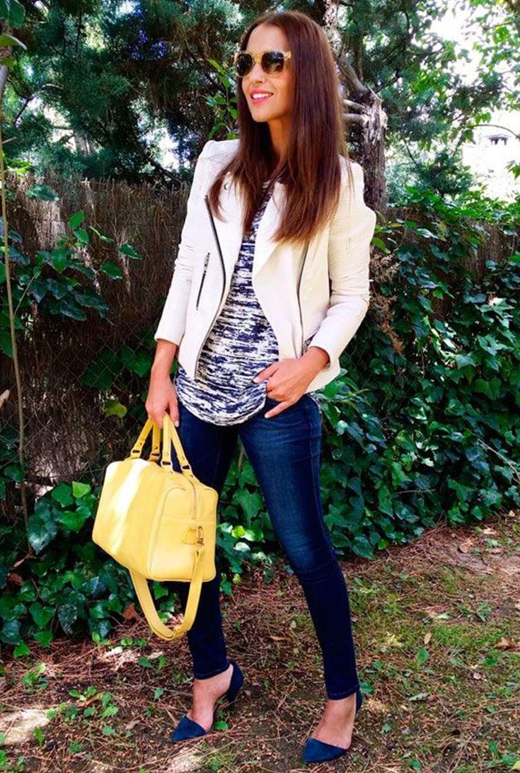 Conjunto chaqueta blanca, camiseta multicolor, pantalones tejanos azules, tacones azules, bolso amarillo y gafas amarillas #misconjuntos #conjuntosmoda #modafemenina #fashion #style #looks