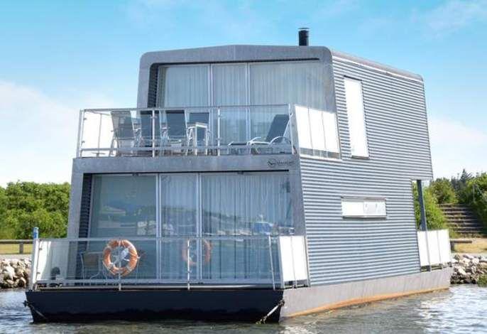 Dieses besondere Hausboot wurde 2007 im modernen Design am Ringkøbing Fjord erbaut und bietet seinen Gästen hier ein ganz besonderes, maritimes Erlebnis. #Hausboot #Ferienhaus #travel #holidays #Sommer