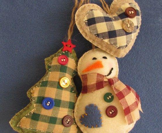 Colgantes para decorar el árbol de navidad con telas y botones