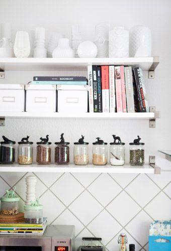 Le collezioni di vasi bianchi e barattoli di Nicole sono esposte su scaffali aperti - IKEA