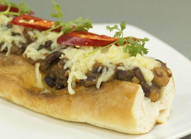 """Diaporama """"Hot dog à l'americaine : 25 garnitures que vous n'auriez pas imaginé"""" - Chili cheese dog"""