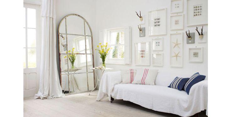 Mooi voor in huis; een grote spiegel tegen de wand