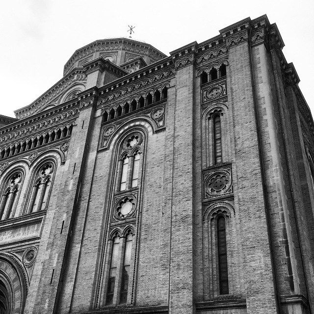 La chiesa del Sacro Cuore di Gesù, appena fuori porta Galliera affacciata su Via Matteotti.