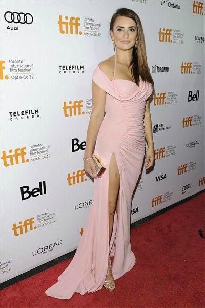 Penélope Cruz verdaderamente robó suspiros al llegar en este vestido femenino al Festival Internacional en Toronto, el 13 de septiembre de 2012. Su look completo es perfecto, desde la abertura sexy en la pierna, hasta su cabello liso.