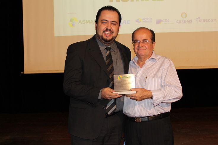 Consultor Marco Boza, recebe homenagem dodiretor Célio Navarro.