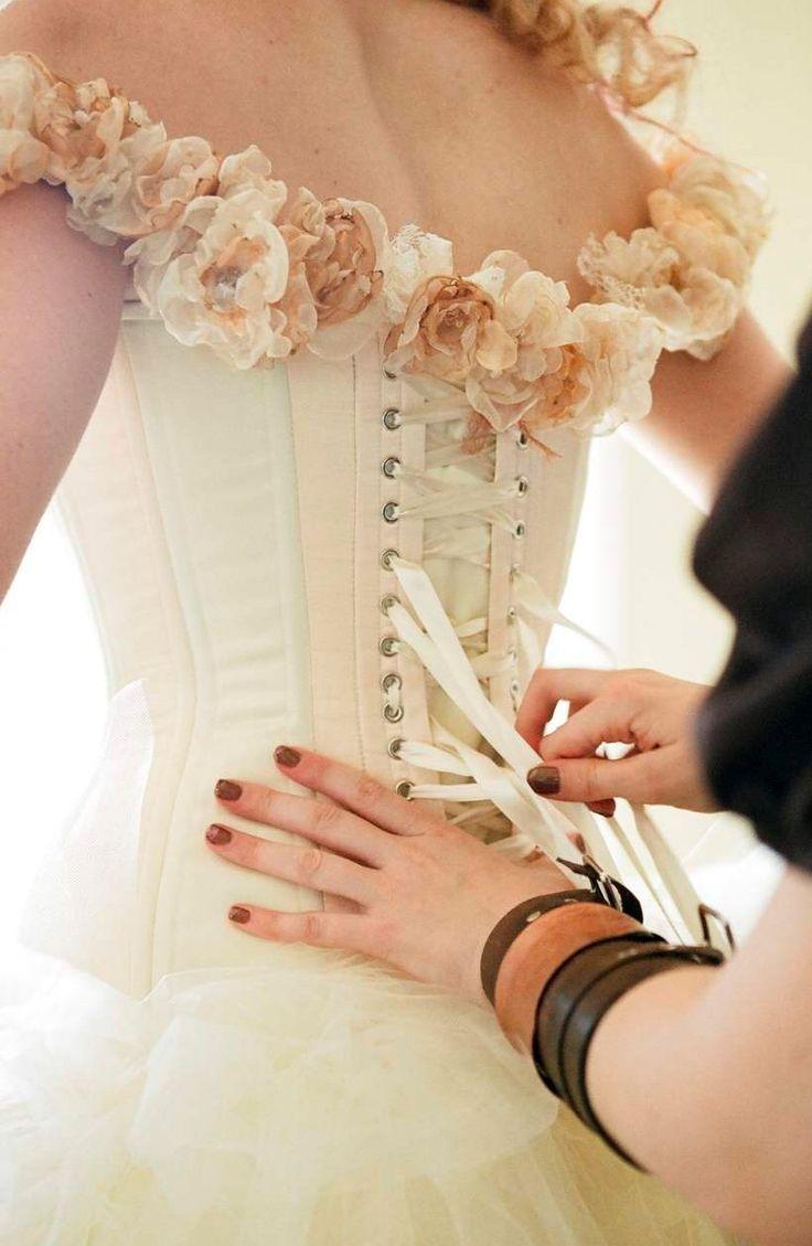 ②コルセットドレス。ハードボーンの入ったしっかりした編上げコルセットとふんわりボリューム