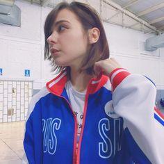Tómame una foto, así como que no me doy cuenta. Aquí me siento #RussianFairy. JAJAJAJA, una chica muy amable me prestó su chaqueta de Yurio ❄️ #YOI #Yurio