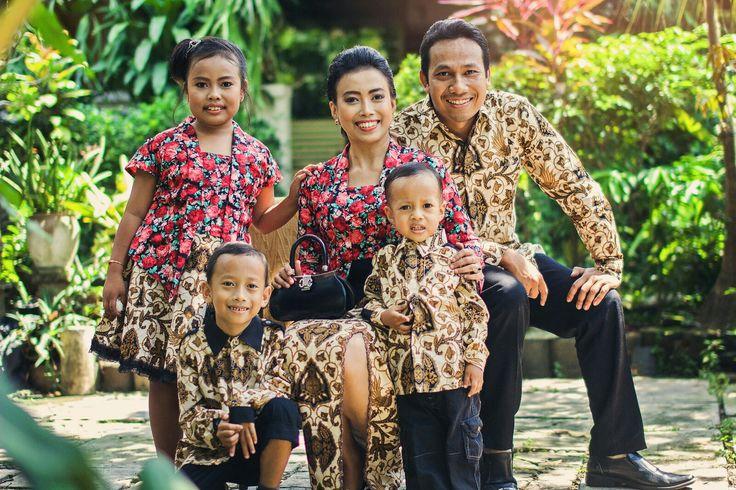 Outdoor family photoshoot #myfamily #family #photography #photoshoot #photosession #javanesse #indonesia #batik #kebaya #outdoor