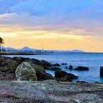 """20 KM. DE PLAYA CON AGUAS CRISTALINAS…  En la carretera de LAS MARINAS se encuentran las playas de arena fina. """"Punta del Rasset"""" en el km. 0 para poder disfrutar del sol y del mar dando un paseo. """"Albaranes"""", en el km. 0,6 """"Les marines"""", km. 1,2 """"Les Bovetes"""", km. 3,7 """"Els Molins"""", km. 5,4 """"L´Almadrava"""", km. 7,8 """"Les Deveses"""", km. 10,8"""
