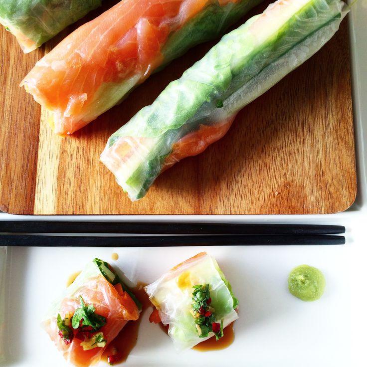 Disse sushi rullene er uten ris og erderfor vanvittig enkle ograske å lage. Ikke minst sunne! Du ruller bare inn røket laks, salatblad, agurk og gulrot inn i et tynt rispapir. Server en spicy asi…