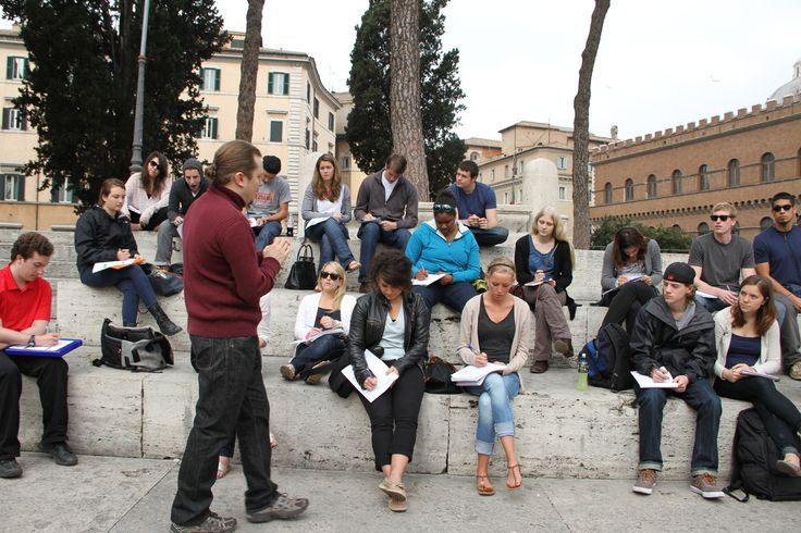 #students at an on-site class in the #citycenter - Piazza Venezia, #rome