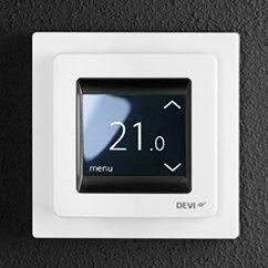 DeviRegin yhdistelmätermostaatissa on jatkuvakäyttöinen tai muokattava viikko-ohjelma, joka mahdollistaa päivä- ja aika-asetuksien joustavan ohjaamisen säästäen energiaa. Kustannustehokkaalla lämmönsäätimellä voidaan ohjelmoida 15 minuutin tarkkuudella kaksi mukavuusjaksoa ja kaksi taloudellisuusjaksoa.