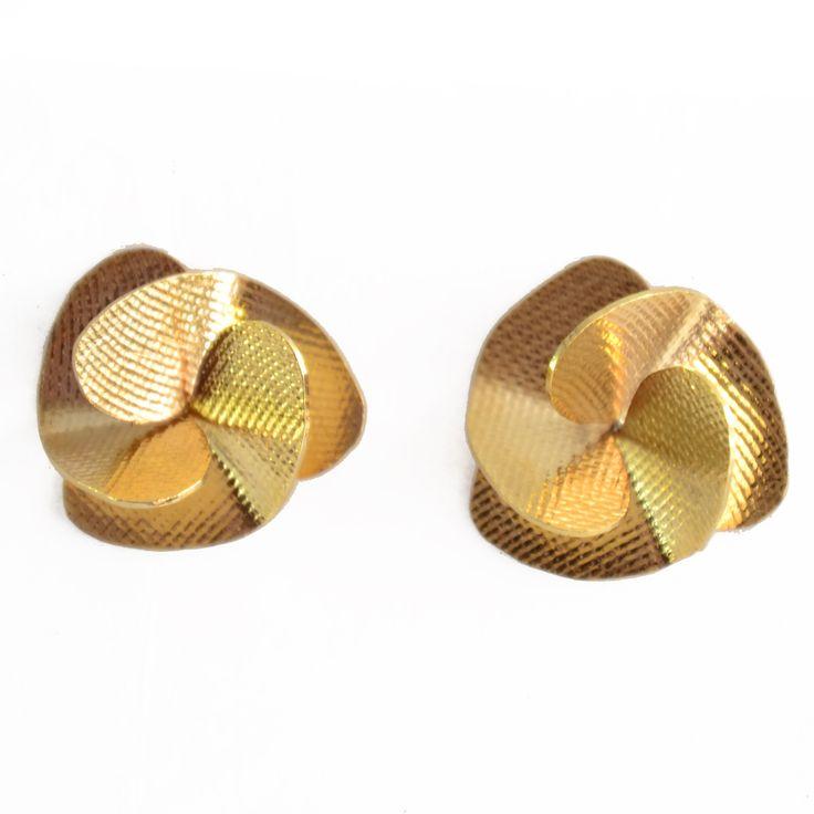 Aretes dorados que puedes comprar ya en http://www.martinpescador.com.co/