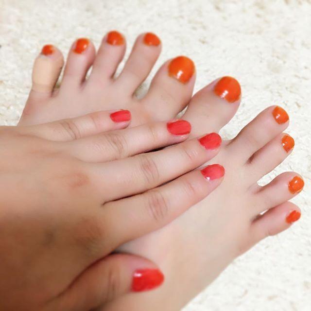new nail💅💗 ほんとはサロンでアートがやりたいんだけど、毎月5000円の出費はキツい、と諦め…😔 だからこんな時間に自分で塗りました😂 フットはオレンジ、ハンドはクリアレッドです💅✨✨ . #ネイル #ネイルポリッシュ #マニキュア #ペディキュア #セルフネイル #オレンジ #クリアレッド  #nail #nailpolish #selfnail #orange #clearred