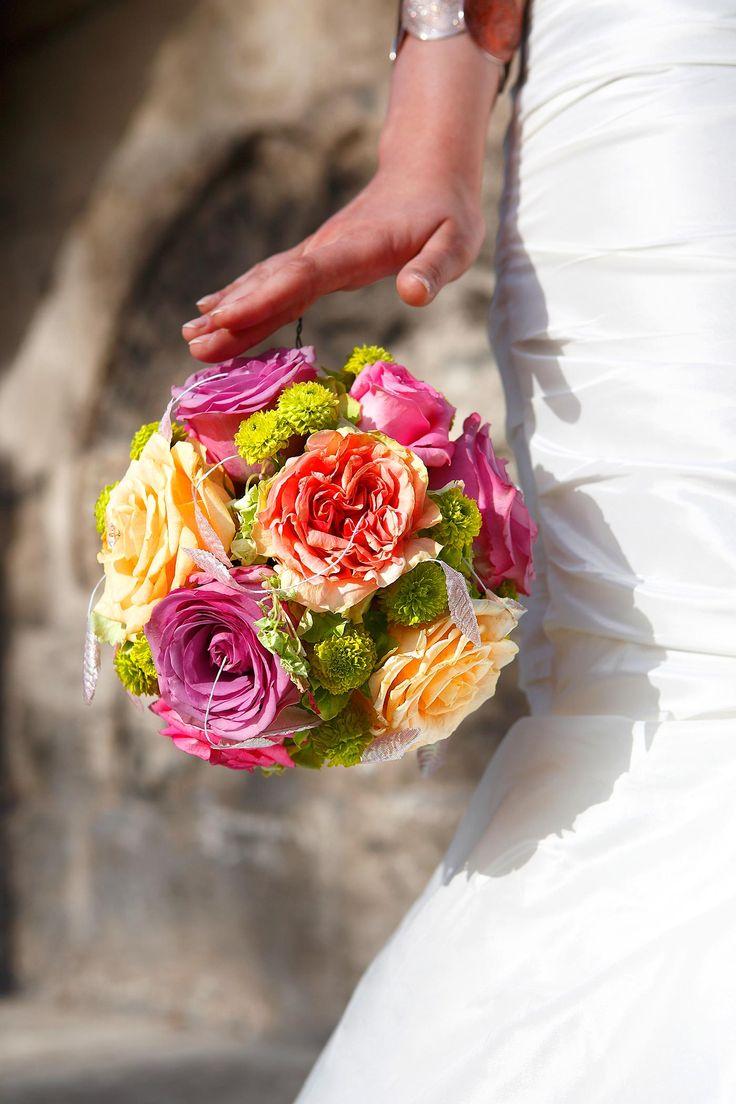 Es muss nicht immer die Standardform sein - ein Brautstrauß als Kugel sorgt für Aufsehen... | Tipps & Infos | Inspirationen | Viele tolle Beispielbilder