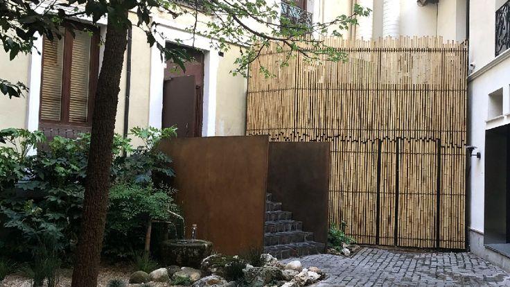 Instalación de cerramiento con cañas de bambú trenzadas con cuerda en el jardín del restaurante japonés Villa Torii de Ramses Life.