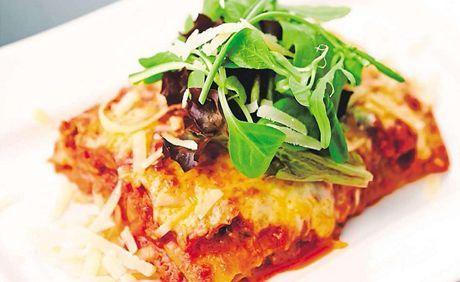 Lasagne mají pověst jídla náročného na čas i přípravu. Blesková večeře to, pravda, není, ty s boloňskou omáčkou jsou navíc docela syté. Jednou za čas se do nich ale určitě pusťte - a o to víc si je vychutnejte.